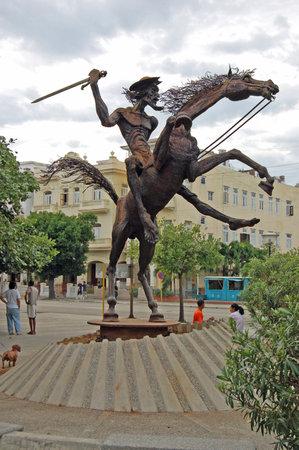 don quijote: LA HABANA, CUBA - 19 de noviembre 2005: La estatua del personaje de ficci�n de Don Quijote de la novela de Cervantes en el barrio de Vedado de La Habana, Cuba. Editorial