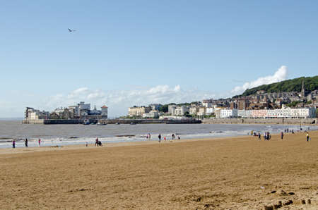 somerset: Holiday makers enjoying the windswept beach at the traditional seaside resort of Weston-Super-Mare in Somerset. Stock Photo