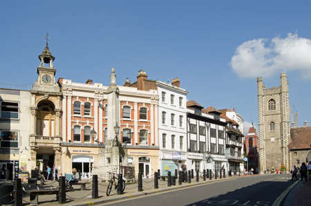 laurence: READING, UK - SEPTEMBER 10, 2015: Pedestrians and shoppers enjoying the sunshine in the historic Market Place Square in Reading, Berkshire.  The church of Saint Laurence and the former Corn Exchange are visible on this bright morning in September. Editorial