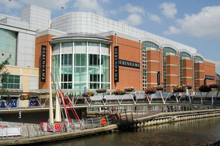 oracle: READING, UK - SEPTEMBER 10, 2015:  Shoppers enjoying the sunshine outside the Debenhams department store at the Oracle Shopping Centre in Reading, Berkshire.  The River Kennet flows through the retail development. Editorial