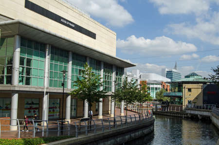 oracle: READING, BERKSHIRE - SEPTEMBER 10, 2015:  Pedestrians walking along the banks of the River Kennet as it passes through the Oracle Shopping Centre in the Berkshire town of Reading on a sunny day in September.