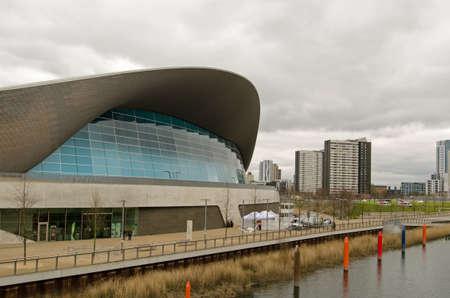 piscina olimpica: LONDRES, Reino Unido - 19 DE MARZO, 2016: Vista de la antigua sede olímpica ahora una piscina pública y más allá, dos bloques de viviendas en los carpinteros y Propiedades en Newham, East London. El Consejo espera que derribar los pisos.
