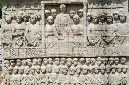 friso: Piedra friso escultura del emperador bizantino Teodosio mostrándole en un público que estaba viendo una carrera en el hipódromo en Estambul, Turquía. Foto de archivo