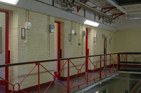 Intérieur de l'aile B de la prison historique de Reading dans le Berkshire. Maintenant désaffectée, la prison victorienne a tenu le dramaturge Oscar Wilde. Banque d'images - 73157655