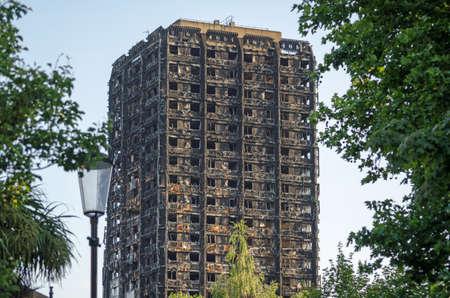 Restes calcinés de la tour Grenfell, où des personnes sont soupçonnées d'être mortes dans un incendie à Kensington, dans l'ouest de Londres.