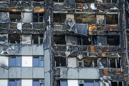 Close-up van de buitenkant van het flatgebouw van de Grenfell Tower waarin minstens 80 mensen het leven lieten bij een brand. Overblijfselen van buitenbekleding kunnen aan de buitenkant van het gebouw worden gezien, dit zou de verspreiding van het vuur hebben vergroot. Stockfoto