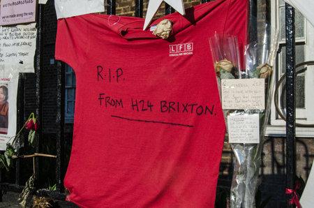 런던, 영국 -2011 년 7 월 5 일 : Grenfell 타워 피해자 기념관 재해 켄싱턴, 런던 화재. 꽃과 메시지 중에는 London Fire Brigade의 일부인 Brixton Fire Station의 소방 에디토리얼