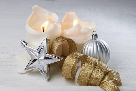 velas de navidad: Velas de Navidad, estrellas y condecoraciones Foto de archivo