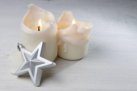 velas de navidad: Velas de Navidad y la estrella de plata Foto de archivo
