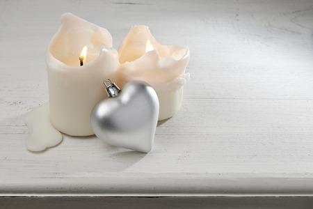 velas de navidad: Velas de Navidad con coraz�n de plata Foto de archivo