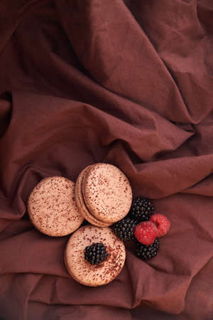chocolate Macaroons and blackberries and raspberries on the table Stockfoto