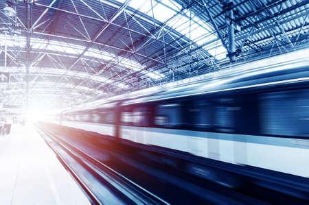 estacion de tren: Tren r?pido con el desenfoque de movimiento. Editorial
