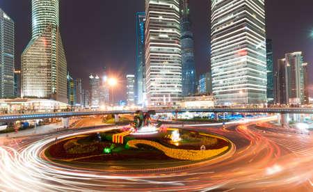 centre-ville de Shanghai la nuit avec des traînées lumineuses rond-point