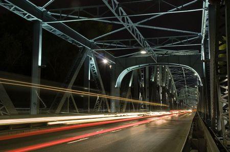 celerity: Noche de sem�foro dentro del puente en Torun, Polonia  Foto de archivo