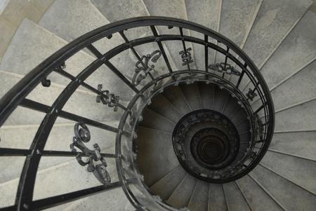 circulos concentricos: Escalera de caracol con Baranda falsificado
