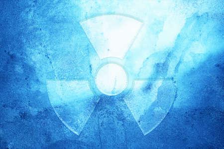 transparente: Un símbolo de advertencia de radiación en un fondo de hielo. Foto de archivo