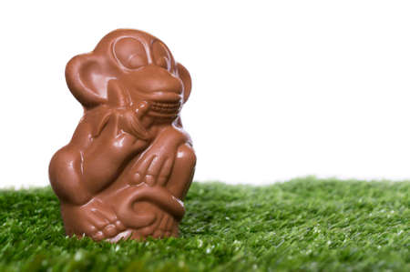 banana caricatura: mono de chocolate en la hierba