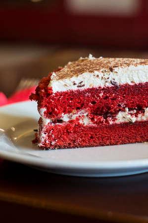 rebanada de pastel: pastel de terciopelo rojo Foto de archivo