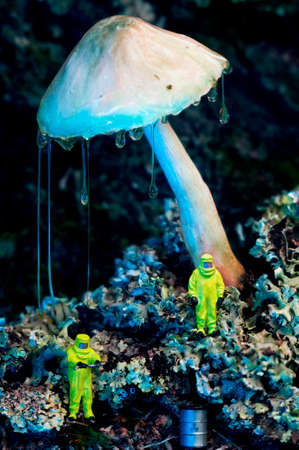 두 생태 학자 또는 기술자 또는 청소기에 거 대 한 버섯 이끼에 액체와 함께. 독성 또는 방사성 폐기물 오염 개념입니다. 스톡 콘텐츠