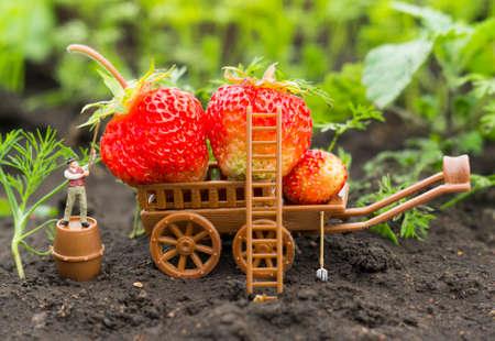Een conceptuele landbouwfoto met een werkende speelgoedboer. Stockfoto