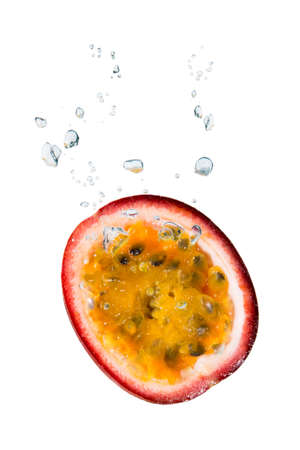 comestible: Passion fruit in water with air bubbles