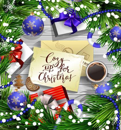 Kerst Nieuwjaar ontwerp houten achtergrond met kerstversiering snoep stokken sneeuw en ballen gerangschikt in een frame met geschenk dozen en envelop handgeschreven Gezellig voor Kerst kop koffie en peperkoek cookies.