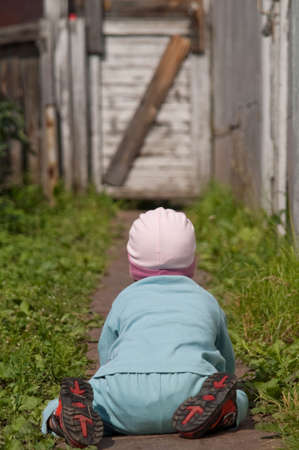 baby in blue suit go on hands and knees Standard-Bild