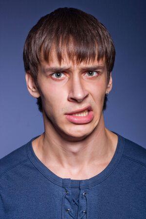 desprecio: hombre emocional con una expresi�n de desprecio de su cara  Foto de archivo