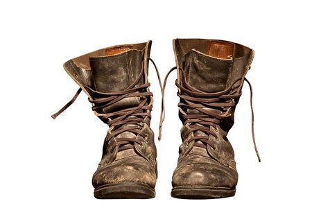untied: viejo soldado de botas desgastado con ara�azos y desat� cordones  Foto de archivo