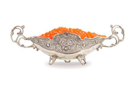 Rode kaviaar in een zilveren kom geïsoleerd