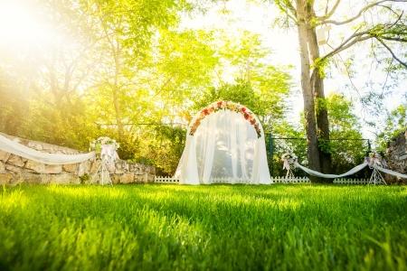 잔디에 꽃 웨딩 아치 스톡 콘텐츠