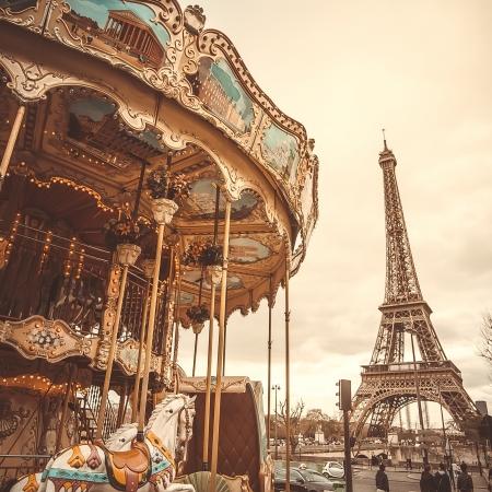 레트로 효과 복고풍 회전 목마와 에펠 탑 (Eiffel Tower). 트렌드 촬영 스타일. 부드러운 파스텔 컬러