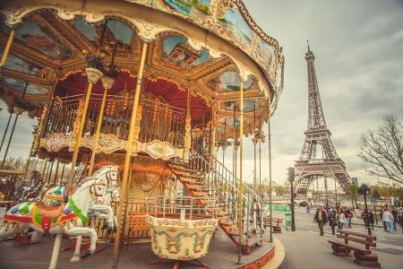 trasloco: La giostra retr� e la Torre Eiffel con un effetto retr�. Trend photography stile. Colori soft e pastello