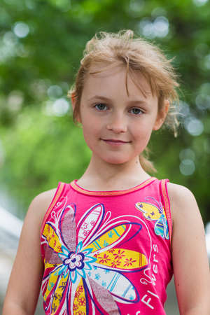Porträt eines freudigen Kindermädchens im Sommer Standard-Bild