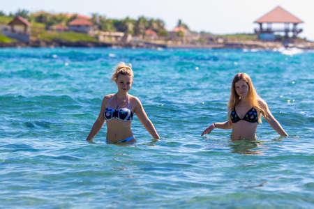 Deux jeunes filles en bikini dans la mer