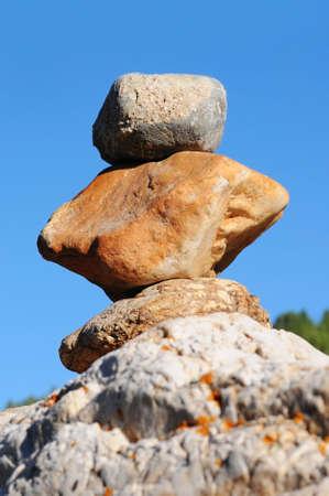 互いの上に立っている岩