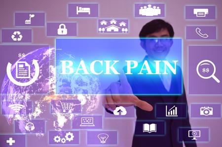 Rückenschmerzen Konzept von dem Geschäftsmann berühren auf virtuellen Bildschirm präsentiert Standard-Bild - 52691527