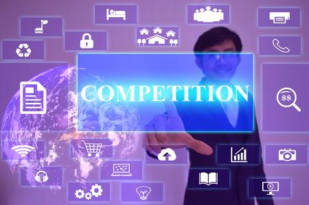 competitividad: Concepto de competencia presentado por el tacto de negocios en la pantalla virtual