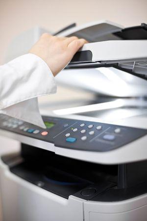 copier: Van de vrouw hand met werk kopieer apparaat