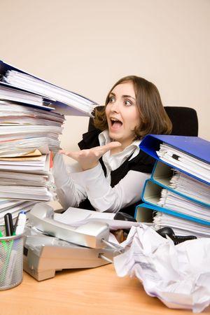 Young Businesswoman mit Tonnen von Dokumenten, die schreien