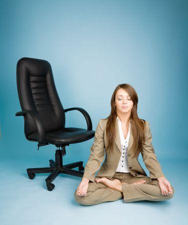 leis: Giovane donna in costume seduta in posa di loto e meditazione