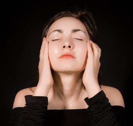 main sur l epaule: Femme avec un masque de p�trole sur le fond noir