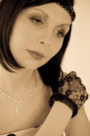 gloriole: Hermosa mujer de estilo retro en guantes negros mirando hacia abajo
