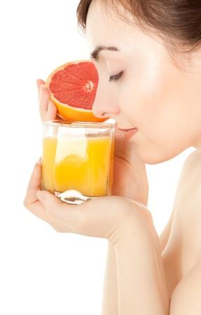smell: Mujer con un vaso de jugo fresco aislado en blanco