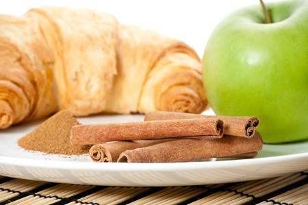 apple cinnamon: Mela verde, cannella, Cornetto sul piatto Archivio Fotografico