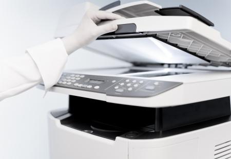 copier: Vrouw de hand met het werken copier (focus op de vingers) Stockfoto