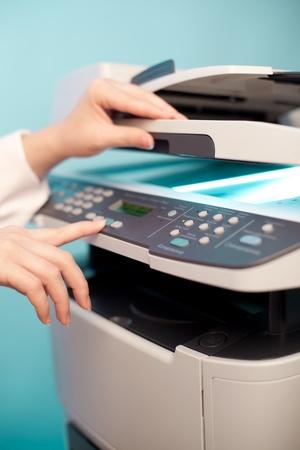 copier: Vrouw de hand met het werken copier Stockfoto