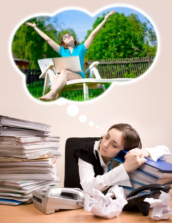 arbol de problemas: Secretaria joven con muchas carpetas de dormir y so�ar verano Foto de archivo