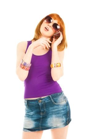 Belle femme en jupe en jeans et veste violette appelant par téléphone
