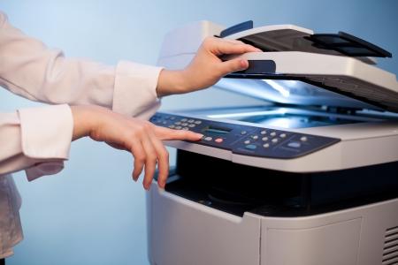 fotocopiadora: La mano de la mujer con la copiadora de trabajo